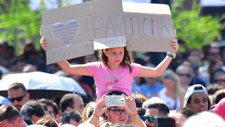 Belangstellenden verzamelen zich bij het Placa Catalunya voor de herdenking van de aanslag in Barcelona. Beeld ANP
