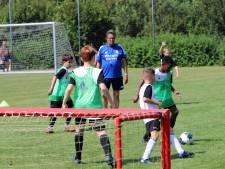 Training door oud-Feyenoorder Ben Wijnstekers voor voetballertjes van Ouddorpse West Flakkee Boys