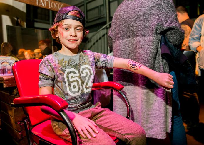 De 8-jarige Zenja liet tijdens de Rotterdam Tattoo Convention in de Maassilo een 'Lucky 13'  plaktattoo zetten.