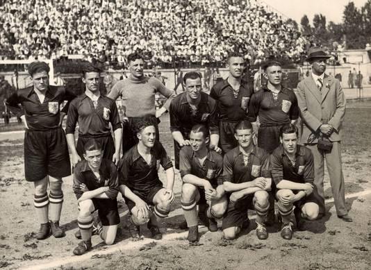 Het Nederlands elftal poseert voor het  duel met Zwitserland, dat net als de overige wedstrijden op de openingsdag van het WK van 1934 op dezelfde tijd begon.