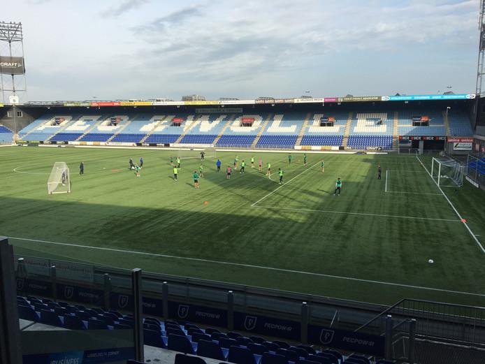 PEC Zwolle hervatte maandagmiddag de training na drie vrije dagen in de interlandperiode. Zondag krijgt de tobbende eredivisionist concurrent ADO Den Haag op bezoek.