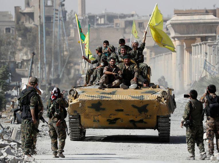 Strijders van de Syrische Democratische Strijdkrachten vieren de herovering op Raqqa.