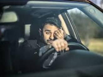 Dronken bestuurder (33) rijdt verkeersbord aan en valt even verderop in slaap met draaiende motor