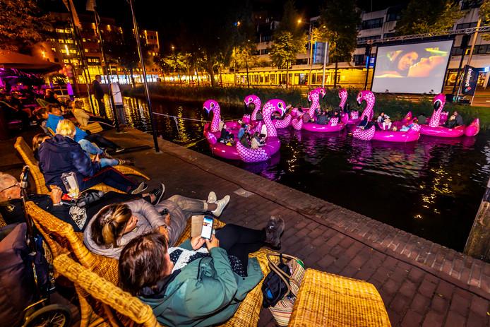 Vanaf een roze flamingo keken bezoekers naar de film.