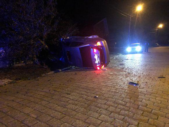 De schade na het ongeval was groot, maar de chauffeur bleef gelukkig ongedeerd.