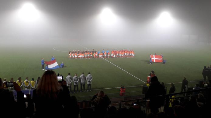 De volksliederen voor aanvang van Nederland Denemarken.
