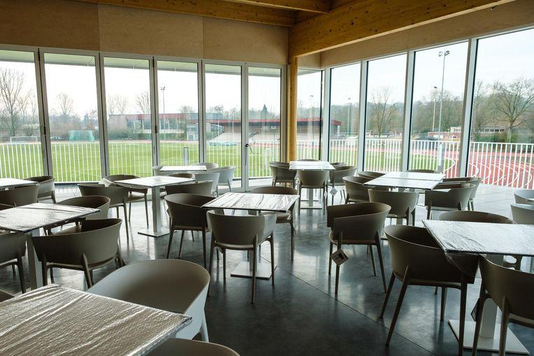 Binnenin heb je een fantastisch uitzicht op de sportvelden.