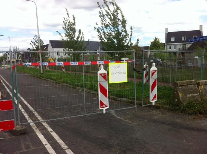 De hekken gaan pas open nadat via een 06-nummer een 'verkeersregelaar' wordt opgetrommeld.
