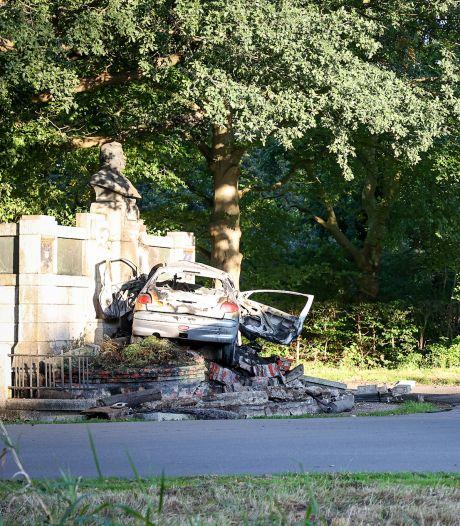 Automobilist overlijdt door aanrijding tegen monument in Stadspark Groningen