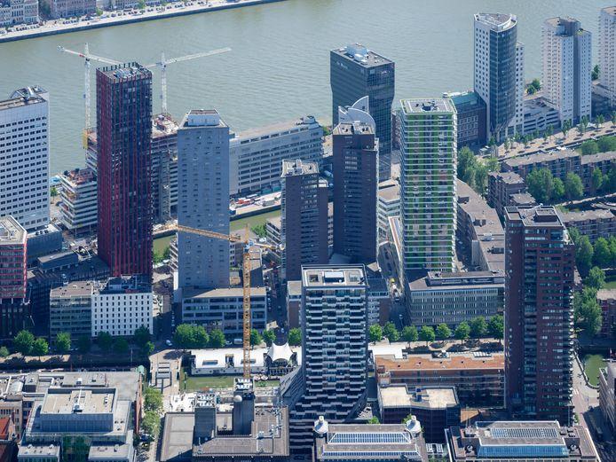 Het Wijnhaveneiland in Rotterdam. Links steekt The Red Apple boven de rest van de hoogbouw uit, langs de Nieuwe Maas zijn de bouwkranen van de Terraced Tower zichtbaar.