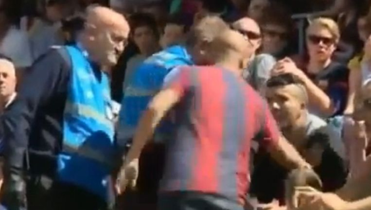 Een Barça-fan vond het nodig om de supporter van Real Madrid een duw te komen geven.