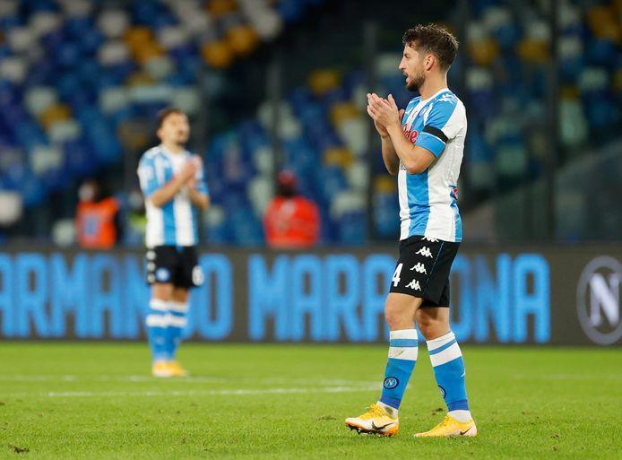 Dries Mertens tijdens de tiende minuut: geen voetbal, maar een minuut applaus voor Diego Maradona.
