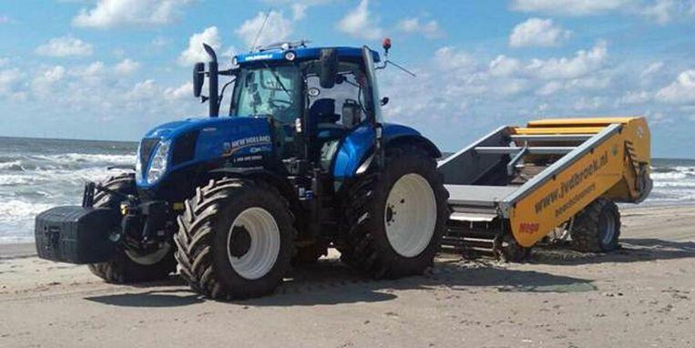 Tractor met 'beach cleaner' ruimt paraffine op. Beeld RIjkswaterstaat