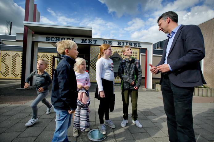 Directeur Johan Matze met leerlingen van de School met de Bijbel in Nieuw-Beijerland.