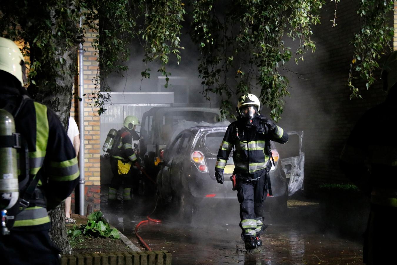 Aan de Kerkstraat Zuid in Oeffelt brandde een auto volledig uit.