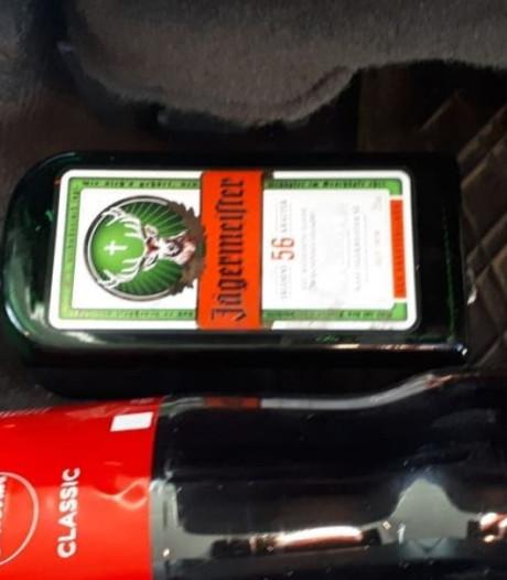 Dronken Let slingert over A28 bij Zwolle, auto vol drank