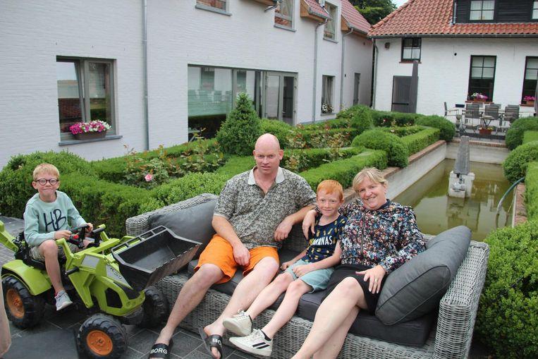 Dries en Lieve met zonen Brik en Lars in de tuin van de B&B.