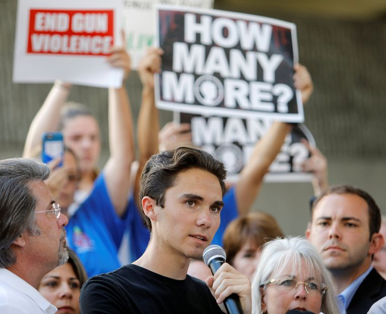David Hogg, die de schietpartij op de Marjory Stoneman Douglas High School overleefde, spreekt tijdens een betoging voor een strengere wapenwetgeving. Volgens Russische bots is hij een acteur.