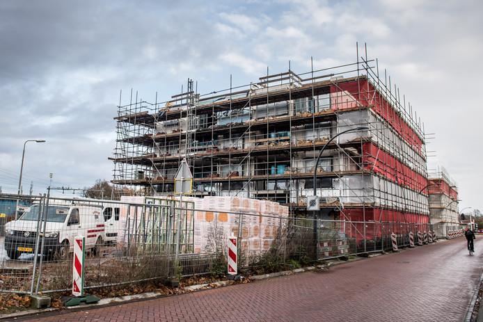 Het tweede en derde appartementencomplex, respectievelijk Pleinzicht en Tolhuys,  zijn in aanbouw aan het  Stationsplein.