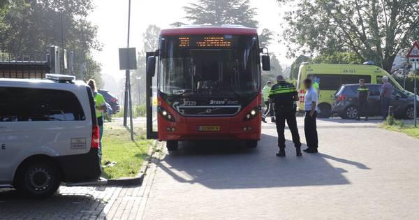 Fietser naar ziekenhuis na aanrijding met bus in Waalwijk.