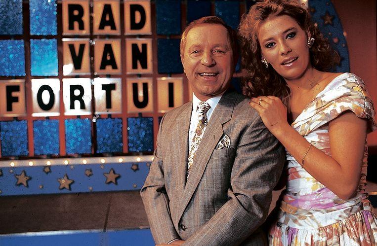 Walter Capiau, de presentatro van 'Rad van Fortuin', met bordjesdraaister Aurore.
