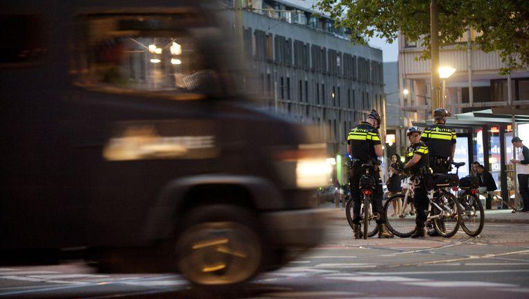 Politie op straat in de Haagse Schilderswijk waar drie dagen op rij rellen waren uitgebroken na de dood van Mitch Henriquez. Beeld anp