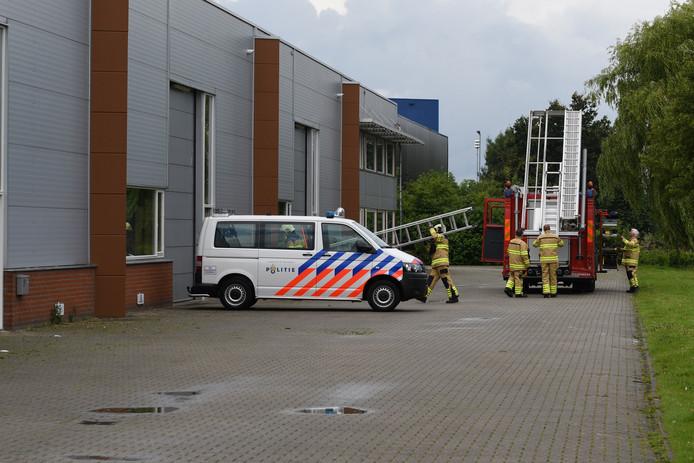 Brandweer en politie bij het pand aan de Marketing in Duiven.