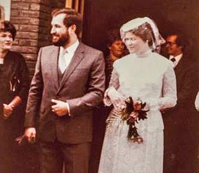 Luc Asselman en zijn kersverse echtgenote Maggie De Block stappen in 1982 de parochiezaal uit. Het kerkelijk huwelijk werd in deze zaal voltrokken omdat de kerk van Merchtem toen gerestaureerd werd.