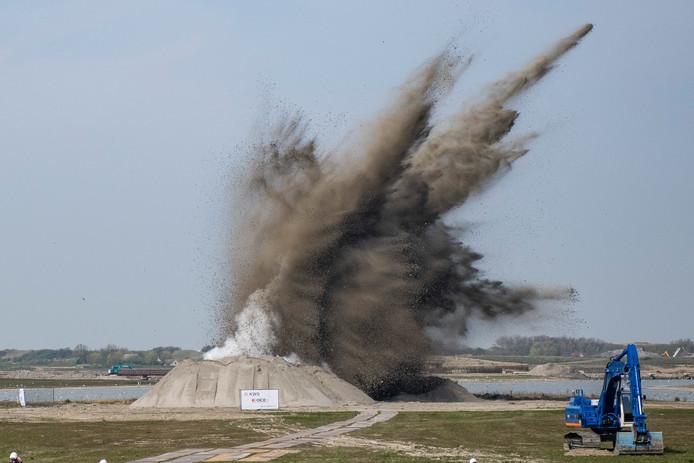 Ontploffing van de vijftigponds Engelse vliegtuigbom in het natuurgebied Waterdunen. FOTO: © Boaz Timmermans