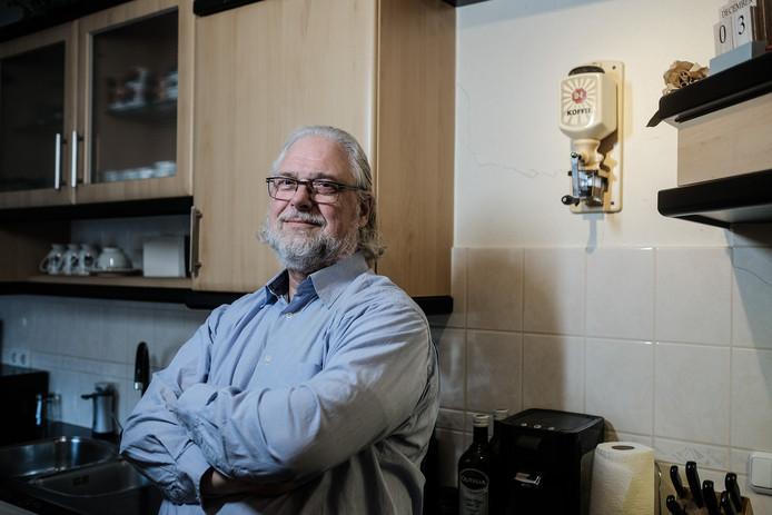 Harry Rietdijk in zijn keuken waar sinds juni meerdere scheuren zijn ontstaan. Foto: Jan van den Brink