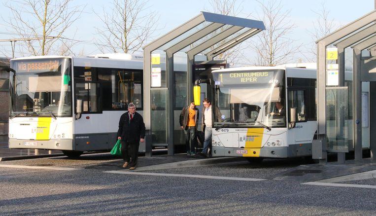 In het plan staat dat er minder lijnbussen zullen zijn, maar dat er ook met taxi's en fietst wordt gewerkt.