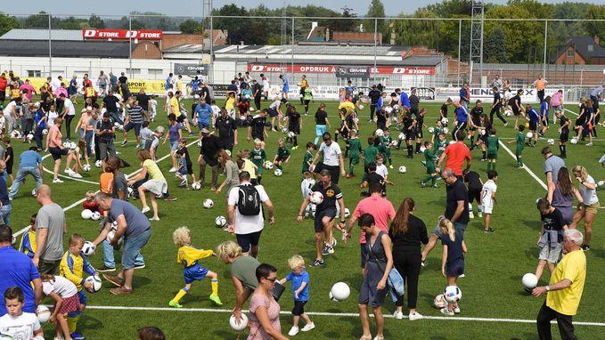 Meer dan 1.500 voetballers breken wereldrecord jongleren