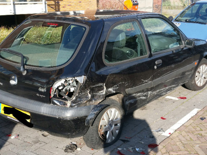 Veel schade aan de geparkeerde auto.