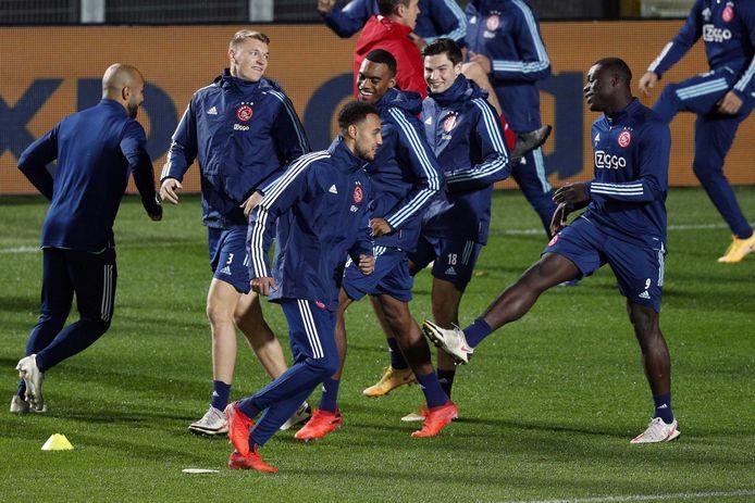 Ajax traint in Bergamo, met  Perr Schuurs, Noussair Mazraoui, Ryan Gravenberch, Jurgen Ekkelenkamp en Brian Brobbey (vlnr).