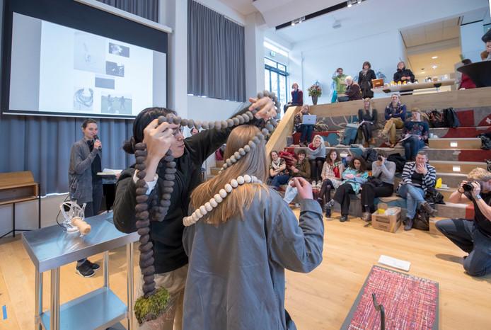 Studenten van de Gerrit Rietveld Academie geven presentaties waarin wetenschap met kunst wordt gecombineerd.