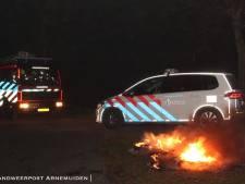 Groep jongeren uit Arnemuiden steekt autobanden in brand
