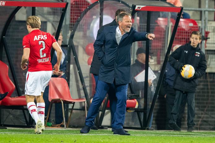 De Graafschap-trainer Henk de Jong stuurt zijn manschappen aan in het verloren uitduel bij AZ.