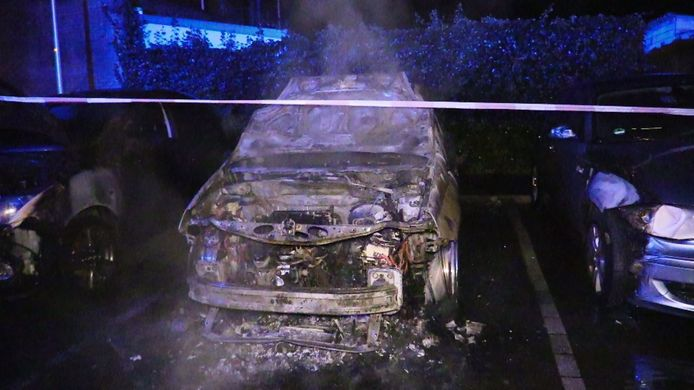 Het voertuig dat vannacht vermoedelijk in brand is gezet.