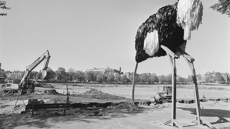 Met de bouw van de Stopera, hier in 1982, zette de revival van de stad in Beeld Rob C. Croes/Nationaal Archief