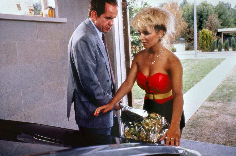 Bert Andre als buurman Neuteboom en Tatjana Simic als Kees in de befaamde scène uit Flodder 1. Beeld ANP