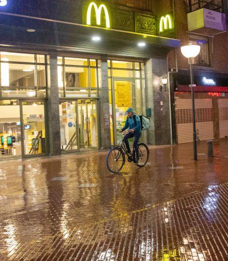 Maaltijdbezorgers 'koningen van de weg'  tijdens eerste avondklok in leeg en volgens de politie rustig Eindhoven