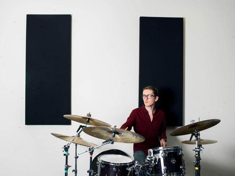 Jazzdrummer Kevin van den Elzen achter zijn drumstel. Beeld Eva Roefs