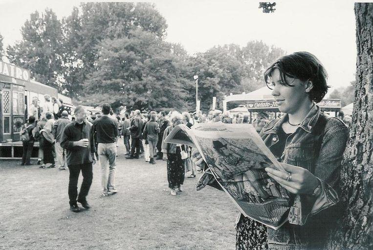 Een vrouw met krant op De Parade (1996) Beeld null