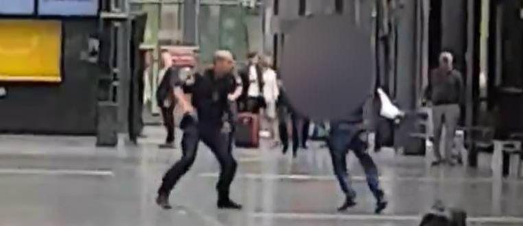 Op beelden die de Zweedse openbare omroep kreeg is te zien hoe de verdachte de politie probeert aan te vallen.