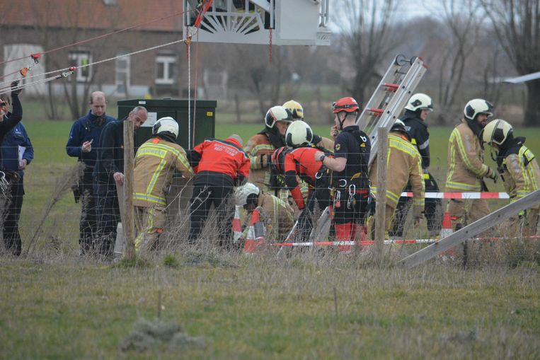 Het klimteam van de brandweer moest de man uit de put hijsen.
