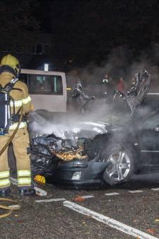 Felle brand verwoest auto op parkeerplaats tegenover Rijnstate Velp