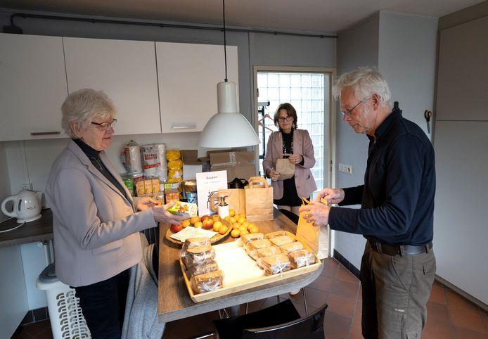 Bestuursleden Anneke Nieuwenhuizen (vlnr), Anne Buskes en vrijwilliger Rob Sparnaaij van Open Huis Sint Cathrien maken lunchpakketjes klaar voor dak- en thuislozen.