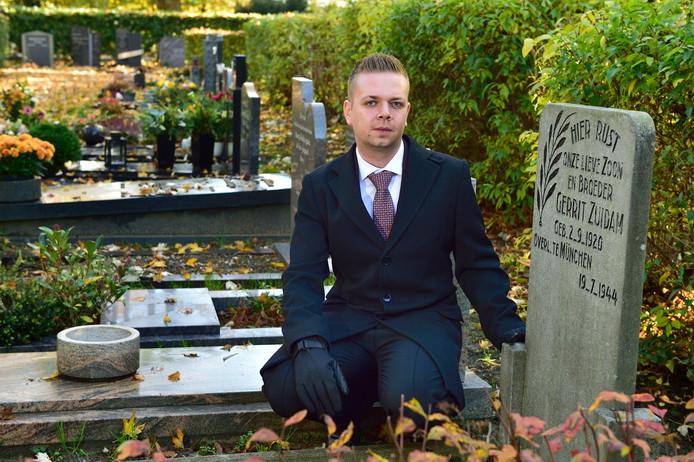 Locatiemanager Martin Vijverberg bij het graf van de in 1944 overleden Gerrit Zuidam.