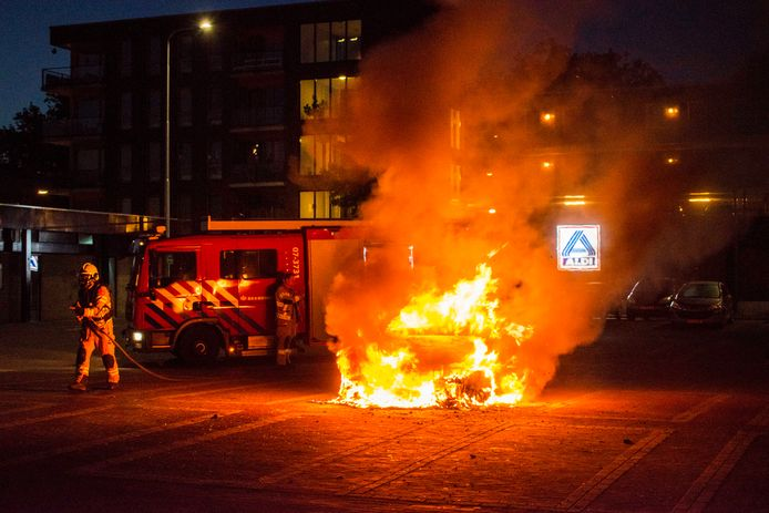 Auto in brand aan het Werenfriedplein in Arnhem.