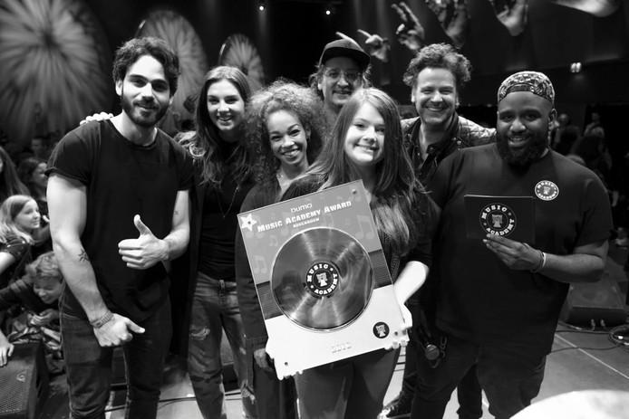 Lisa Nora met juryleden Kay Nambiar, Maan, Veronica van Hoogdalem, Dennis van Leeuwen en Ivo Severijns en presentator Willie Wartaal